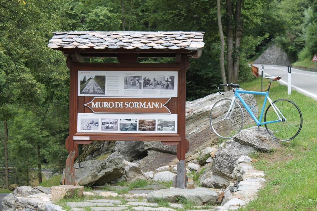 Au pied du Muro di Sormano, un monument entretient la Légende.