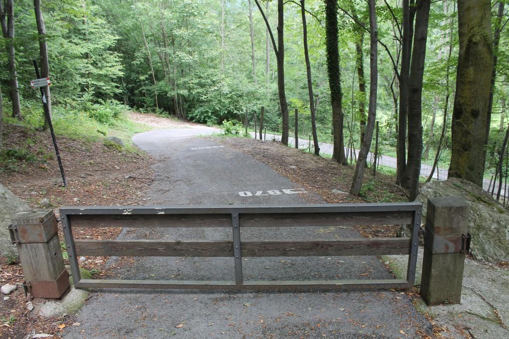 Le premier lacet du Muro di Sormano est effrayant : qui plus est une barrière ferme le passage aux voitures pendant l'année.