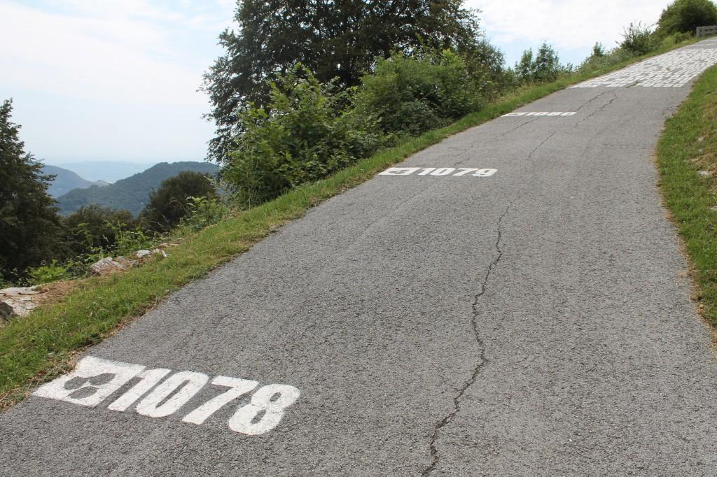 Le deuxième kilomètre du Muro di Sormano permet de contempler la plaine du Pô. Milan tout au loin.
