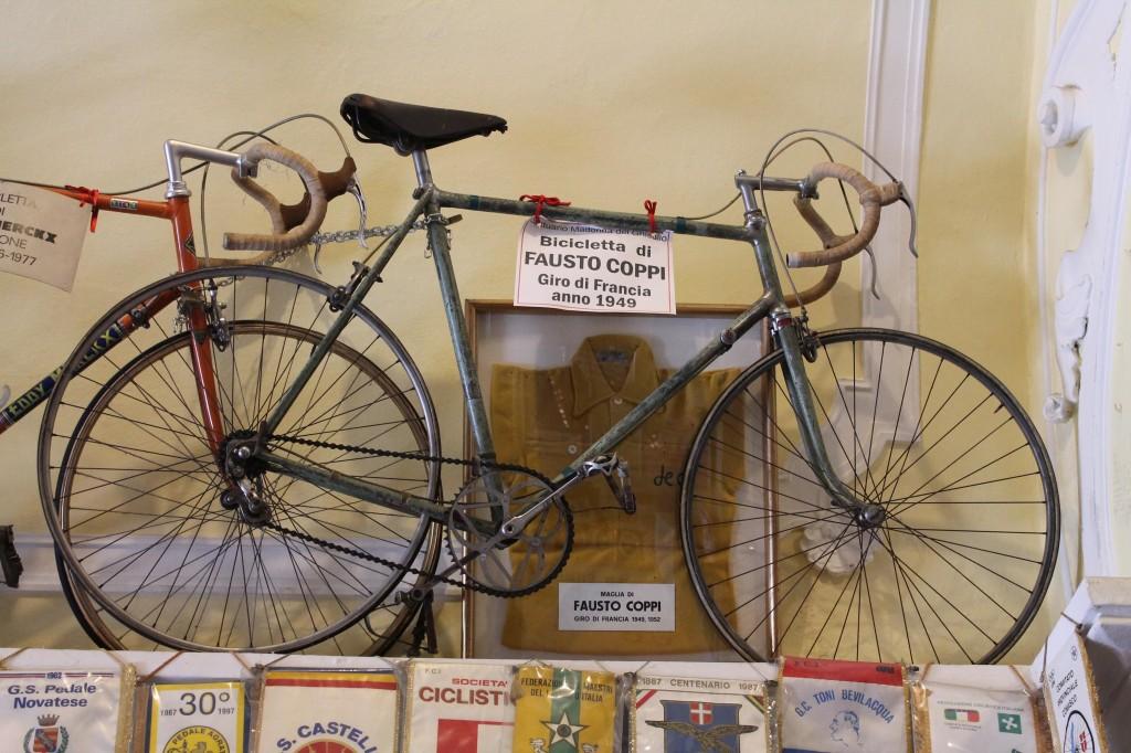 """L'une des """"reliques"""" du Ghisallo : le vélo et le maillot jaune de Fausto Coppi du Tour de France 1949."""