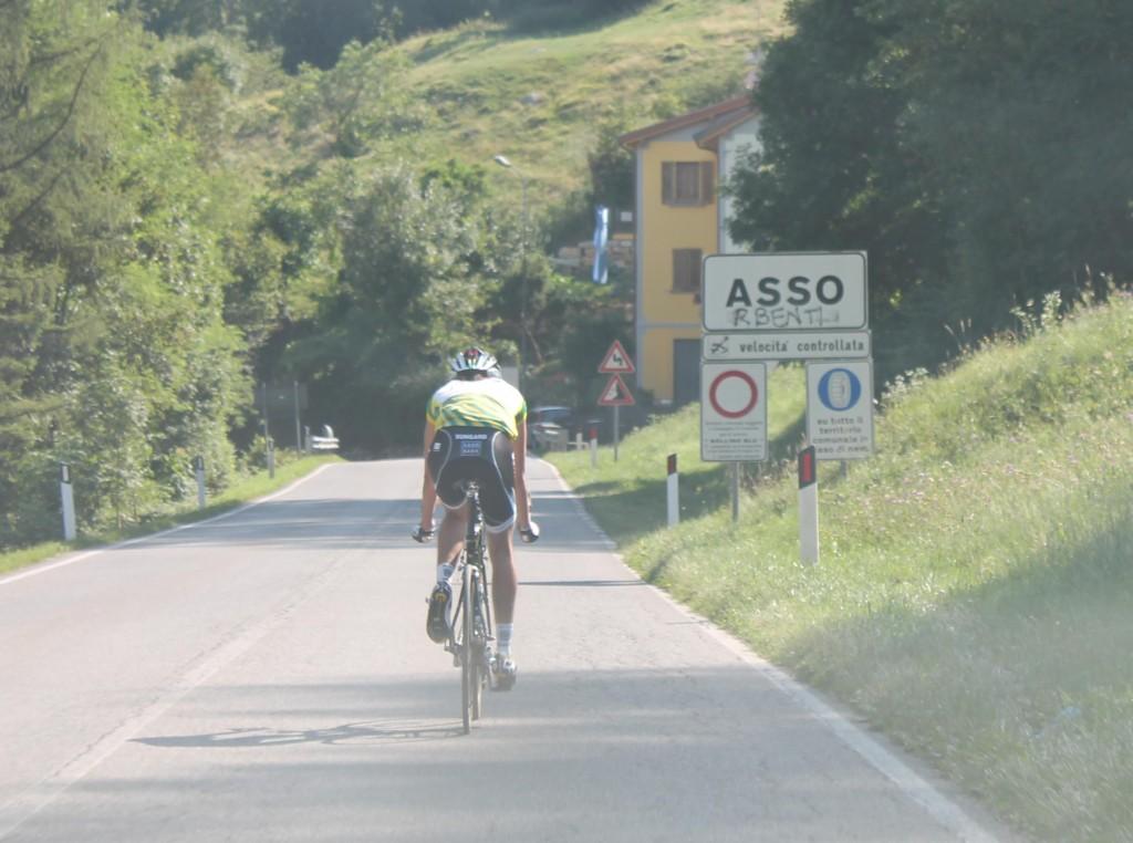 Dans la descente du Ghisallo vers Asso : il reste une petite quarantaine de kilomètres pour rallier Lecco.