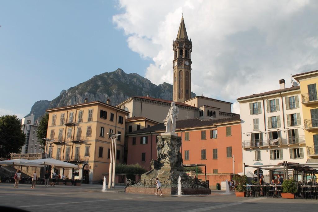 Le clocher de la Basilica di Lecco en toile de fond du final du Tour de Lombardie.