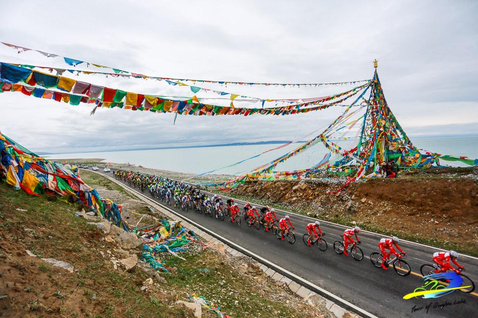 Le peloton traverse des contrées parfois rurales, comme ici au bord du Lac Qinghai.